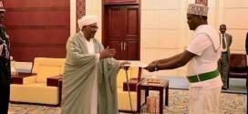 السفير عبد الرزاق شولي يقدم أوراق اعتماده للرئيس البشير