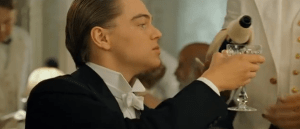leornardo di caprio buvant du champagne sur le titanic