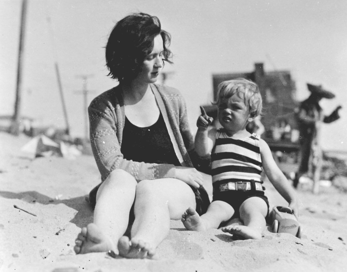 Marylin Monroe A Young Marilyn Monroe With Her Mother At The Beach