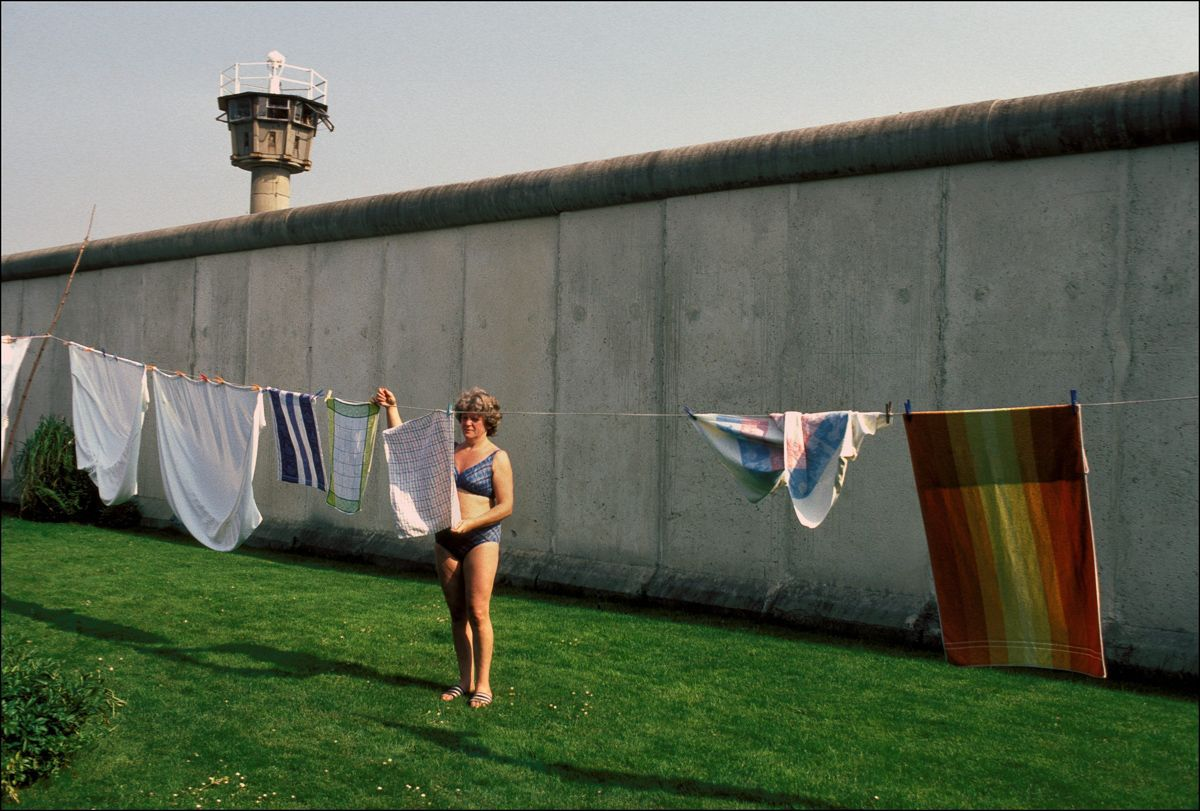 Swimmingpool Berlin In The Swimming Pool With A View Of The Berlin Wall