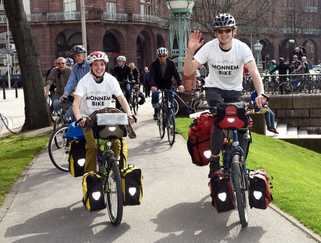 Abfahrt zur Weltumrundung mit dem Rad - Monnem Bike geht auf Reisen, Stephanie und Andy werden verabschiedet Foto Thomas Troester
