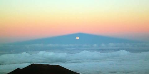 Lua atrás da montanha