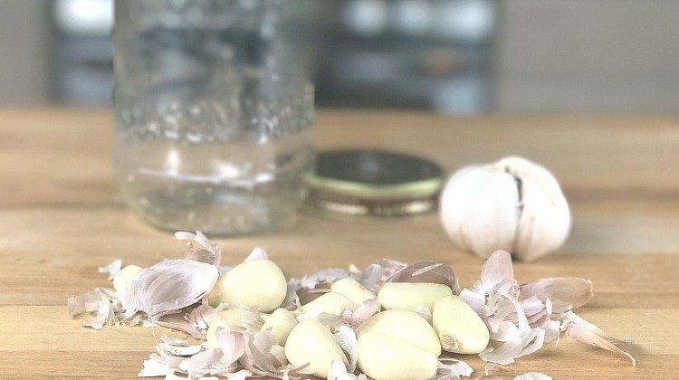 #CookingHacks: How to peel garlic in 30 seconds!