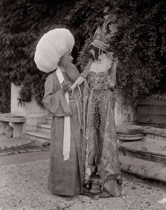 luisa-casati-and-mystery-companion-in-the-garden