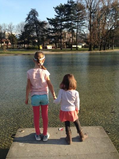 Camille et Chloé au parc
