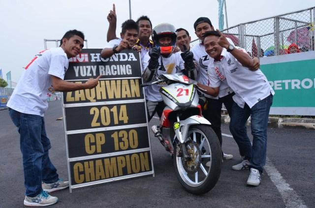 Zaqhwan Zaidi celebrating his CP130 title with his team in Jempol