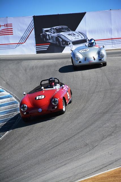 """Dos Speedsters peleándose la """"Corkscrew""""."""