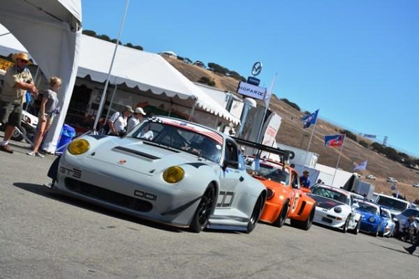 Otros 911 modernos en ruta hacia la pista.