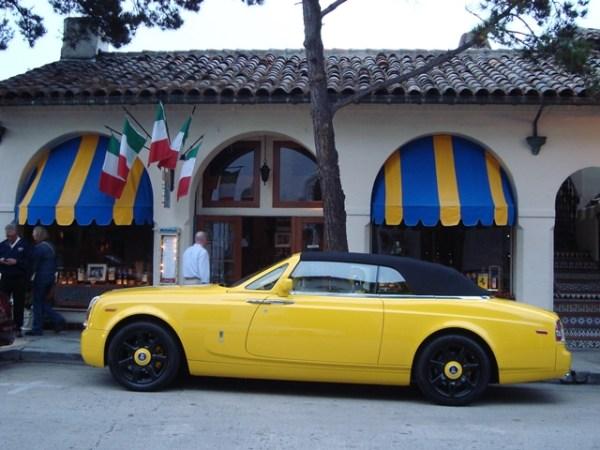Este otro Rolls-Royce Drophead Coupe estaba estacionado en el mismo lugar, pero tres años antes. A éste sí que no le perdonaron los interiores, que también son amarillos.