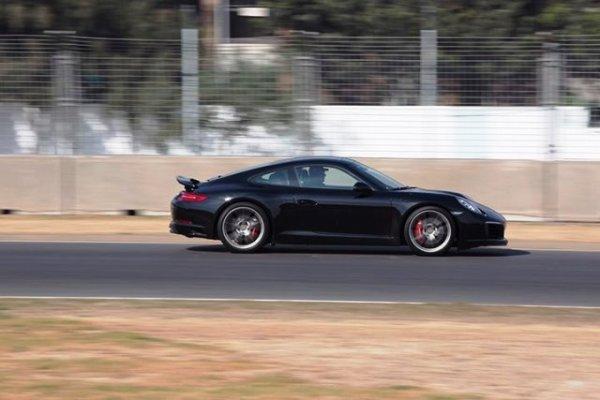 Volando bajito en una de las rectas de la pista. Foto: Mauricio Carrera para Porsche