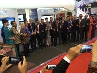 Foto bersama di depan booth Garuda Indonesia