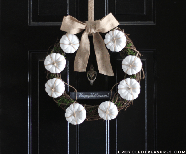 Need a little spirit added to your front door? LOVE this simple fall neutral mini pumpkin wreath which is also perfect for front door Halloween decor.