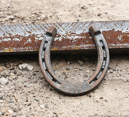 rusty-horseshoe-patina-mountainmodernlife-com-550x498