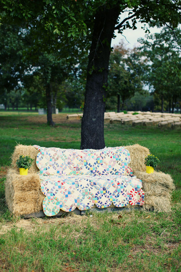 quilt on haybales
