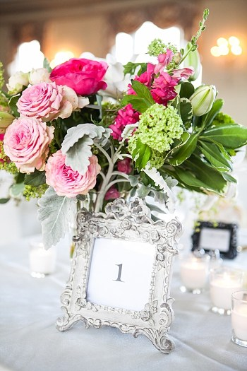 elegant pink and white floral centerpiece | Photography by Anne Skidmore via @mtnsidebride