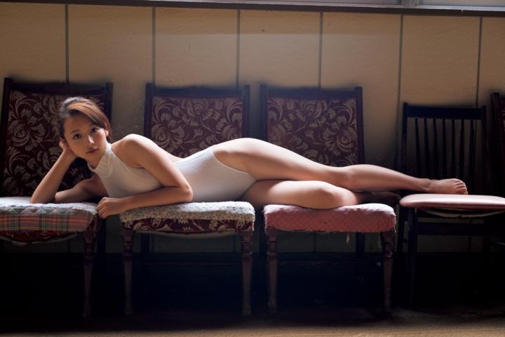 横たわるセクシーな華村あすかです。