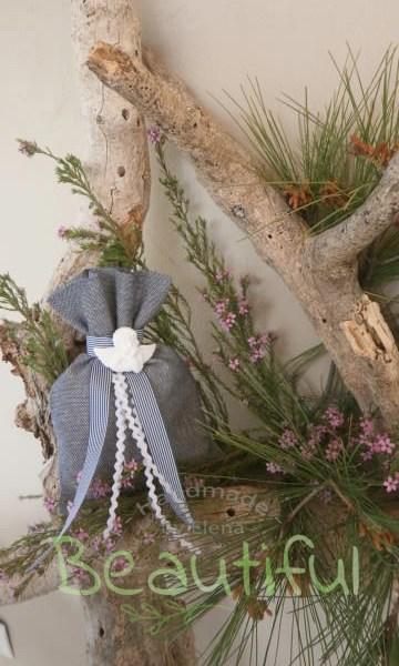 Μπομπονιέρα Βάπτισης. Μπομπονιέρα βάπτισης αγόρι, πουγκί λινό μπλέ με διακοσμητικό αγγελάκι αρωματικό και υφασμάτινη κορδέλα ριγέ χειροποίητο.