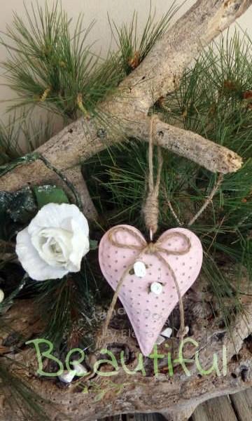 Μπομπονιέρες Βάπτισης. Μπομπονιέρα βάπτισης κορίτσι, μεταλλική καρδιά ροζ με φιογκάκι από λινάτσα και υφασμάτινα λουλουδάκια χειροποίητο.