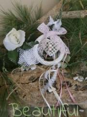Μπομπονιέρες. Μπομπονιέρα Γάμου στεφανάκι, λευκό μπαμπού με μεταλλική καρδιά, περλίτσες και φιόγκο από δαντέλα ροζ χειροποίητο.