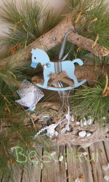 Μπομπονιέρες βάπτισης. Μπομπονιέρα βάπτισης αγόρι, ξύλινο αλογάκι κρεμαστό με κουδουνάκια, φιόγκο από λινάτσα και κορδέλα βαμβακερή με γαζί χειροποίητο.