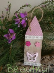 Μπομπονιέρες Βάπτισης. Μπομπονιέρα βάπτισης κορίτσι, σπιτάκι ξύλινο κρεμαστό με κουμπάκια και μεταλλική πεταλούδα ροζ χειροποίητο.