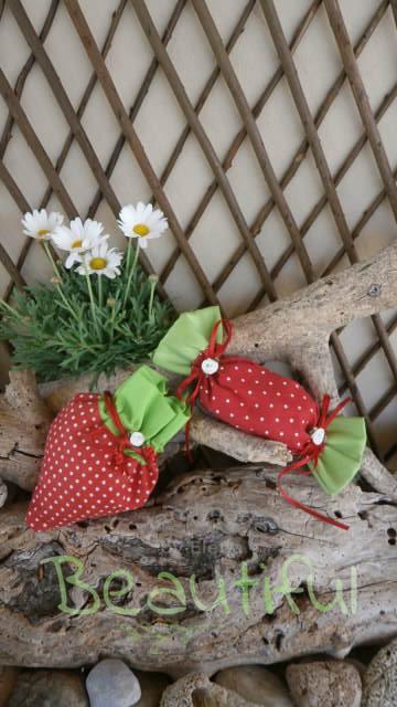 Μπομπονίερες κορίτσι. Μπομπονιέρα βάπτισης κορίτσι πουγκί, φράουλα και καραμέλα με κορδελίτσες και σατέν λουλουδάκια χειροποίητο.