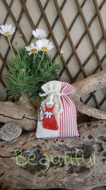 Μπομπονιέρες για κορίτσι. Μπομπονιέρα βάπτισης κορίτσι πουγκί, φυσικό ριγέ με φορεματάκι μπρελόκ χειροποίητο.