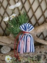 Μπομπονιέρες αγόρι. Μπομπονιέρα βάπτισης αγόρι πουγκί, ριγέ λευκό-μπλέ με πάνινα ψαράκια και κορδόνι λινάτσα χειροποίητο.
