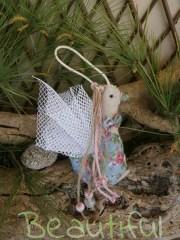 Μπομπονιέρα οικονομική. Μπομπονιέρα βάπτισης κορίτσι πάπια, υφασμάτινη floral με κορδόνια από λινάτσα και χάντρες χειροποίητο.