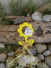 Πρωτότυπες μπομπονιέρες. Μπομπονιέρα βάπτισης κορίτσι λουλουδάκι, ξύλινο με υφασμάτινες μαργαρίτες, φιογκάκι λινάτσα, κορδελίτσες και κουδουνάκια χειροποίητο.