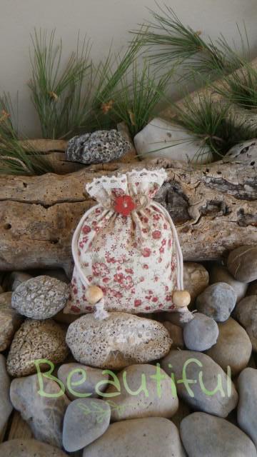 Παιδική μπομπονιέρα βάπτισης. Μπομπονιέρα βάπτισης κορίτσι πουγκί, υφασμάτινο floral με δαντελίτσα και λουλουδάκι ξύλινο χειροποίητο.