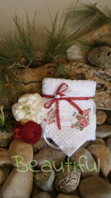 Παιδικές μπομπονιέρες βάπτισης. Μπομπονιέρα βάπτισης κορίτσι πετσέτα, λευκή βαμβακερή με θέμα floral χειροποίητο.