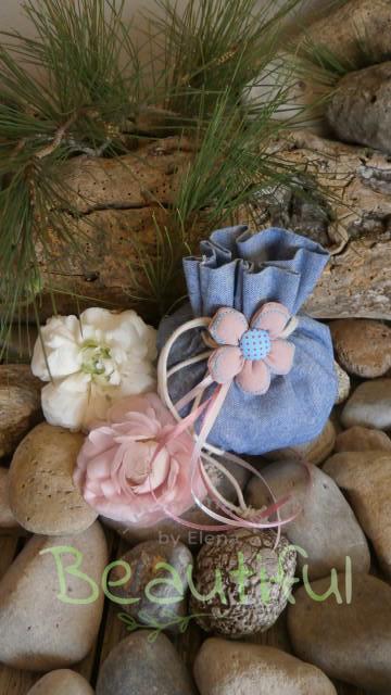 Μπομπονιέρες μοντέρνες. Μπομπονιέρα βάπτισης κορίτσι πουγκί, υφασμάτινο τζην με λουλουδάκι χειροποίητο και κορδελίτσες σατέν.