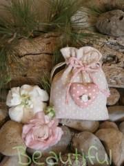 Μπομπονίερα κορίτσι. Μπομπονιέρα βάπτισης κορίτσι πουγκί, υφασμάτινο πουά με πάνινη καρδούλα ρόζ και σατέν λουλουδάκι χειροποίητο.