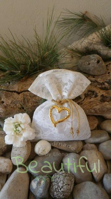 Μπομπονιέρες Γάμου Χειροποίητες. Μπομπονιέρα Γάμου πουγκί, δαντέλα με χρυσή μεταλλική καρδιά και κορδόνι μεταλλικό χρυσό χειροποίητο.