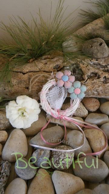 Μπομπονιέρα. Μπομπονιέρα Γάμου στεφανάκι, μπαμπού λευκό με υφασμάτινα λουλουδάκια χειροποίητα και κορδελάκια.