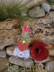 Μπομπονιέρα Βάπτισης. Μπομπονιέρα βάπτισης κορίτσι, μπουκάλι γυάλινο με φάσα από δαντέλα, φραουλίτσα και κορδόνι λινάτσα χειροποίητο.