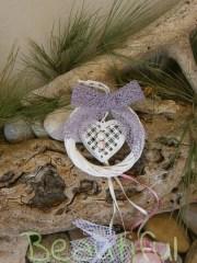 Μπομπονιέρα. Μπομπονιέρα Γάμου στεφανάκι, λευκό μπαμπού με μεταλλική καρδιά, δαντέλα και πέρλες χειροποίητο.