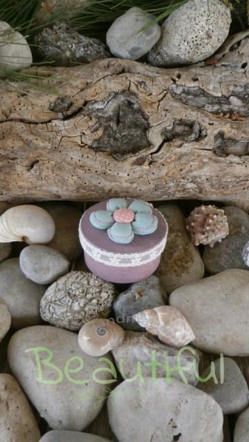 Μπομπονιέρες. Μπομπονιέρα Γάμου κουτί, από φλούδα ξύλου λιλά – μωβ με δαντελίτσα και υφασμάτινο λουλουδάκι χειροποίητο.