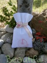 Μπομπονιέρα βάπτισης κορίτσι. Μπομπονιέρα βάπτισης πουγκί, καμβάς λευκό με σχέδιο ποδήλατο, κορδέλα βαμβακερή και ξύλινη χάντρα χειροποίητο.