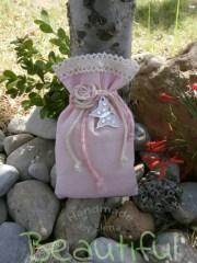 Μπομπονιέρα βάπτισης κορίτσι. Μπομπονιέρα βάπτισης πουγκί, ψάθα ρόζ με δαντέλα. μεταλλική πεταλούδα και κορδόνια λινάτσα χειροποίητο.