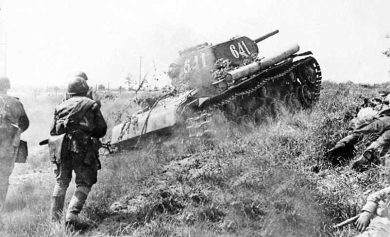 Фото русских пехотинцев идущих в бой под прикрытием танка битва, война, курская