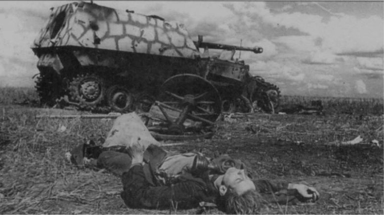 На фото убитый член экипажа немецкой САУ битва, война, курская