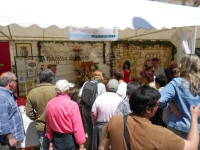 En directo, el proceso de elaboración de artesanía de vidrio en la  Feria del Queso de Hinojosa de Duero