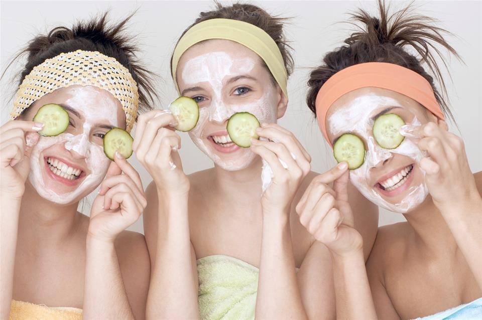 La máscara para la persona que la piel brillaba
