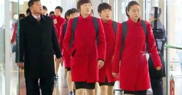Seleção de futebol feminino da Coreia do Norte chega ao Japão (Foto: Kyodo)