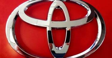 Emblema da Toyota com fundo vermelho (Foto: Ebay/Stockvault)