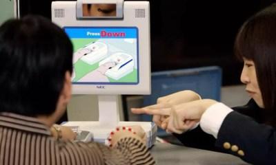 Turista cadastra as impressões digitais no Aeroporto de Narita (Foto: AjW Images)