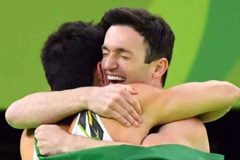 Diego e Nory se abraçam após conquistarem prata e bronze na final do solo da ginástica nos Jogos Rio 2016 (Foto: USA Today Sports)