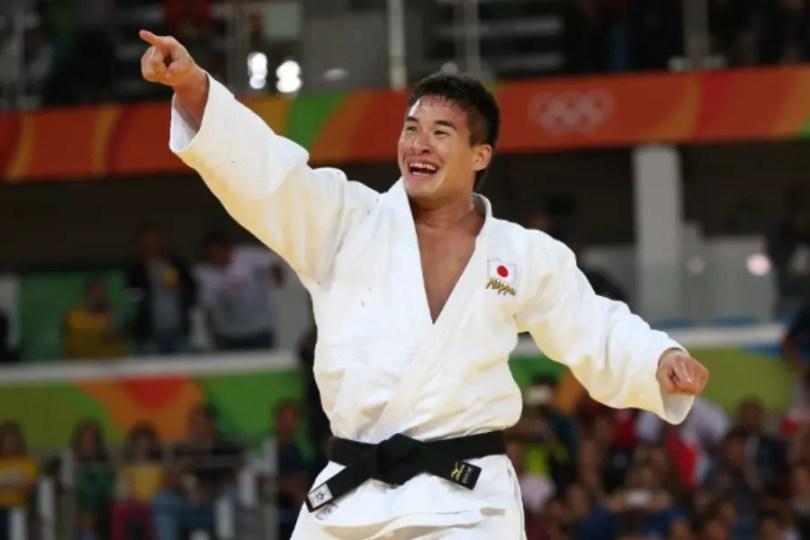 Mashu Baker comemora a vitória sobre Varlam Liparteliani na final da categoria até 90 quilos (Foto: Pool/International Judo Federation)